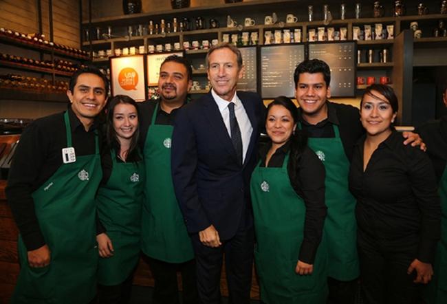 Thách thức ông Trump, Starbucks sẽ thuê 10.000 người tị nạn