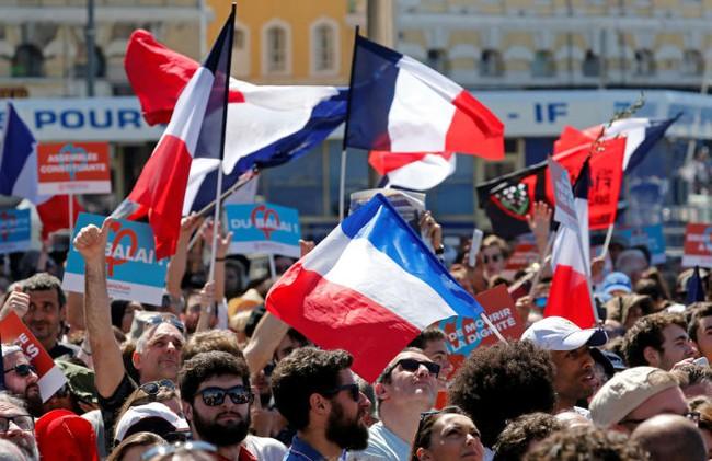 Đồng euro cao nhất 5 tháng, giá vàng giảm mạnh nhất 7 tuần sau bầu cử Pháp