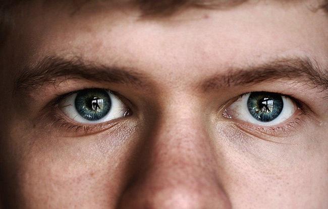 7 hành động tồi tệ nhất bạn vẫn thường làm sẽ gây tổn hại không nhẹ tới đôi mắt