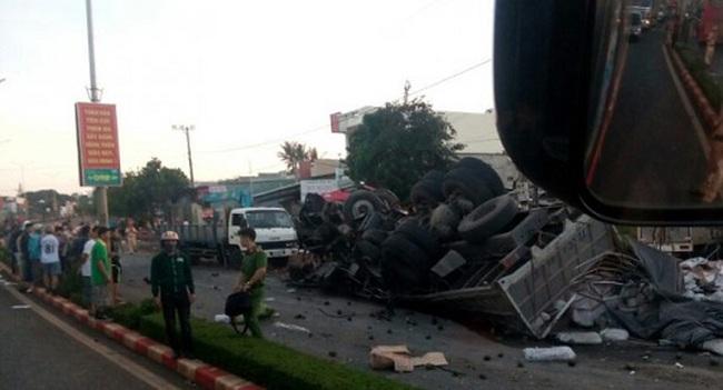 Xe tải đi ngược chiều đâm xe khách, ít nhất 11 người chết