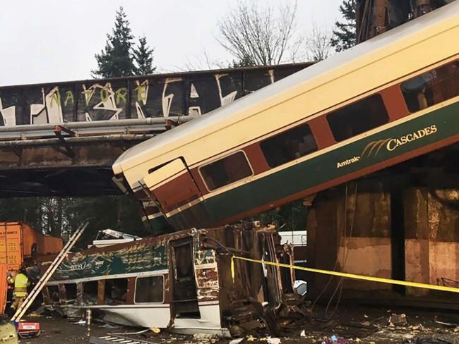 Tàu hỏa rơi khỏi cầu vượt ở Mỹ, 3 người thiệt mạng
