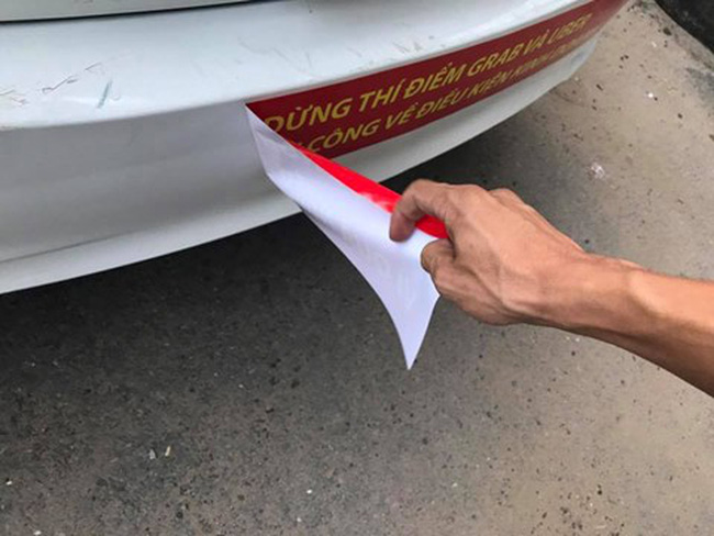 Bị phản ứng, tài xế taxi Vinasun kêu gọi gỡ bỏ băng rôn nói xấu Uber, Grab