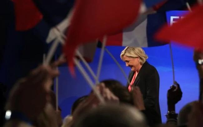 Ứng viên Tổng thống Pháp nhảy nhót vui vẻ ngay tại trụ sở đảng sau khi bại trận