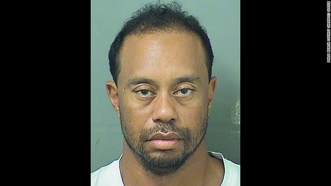 Tay golf lừng danh Tiger Woods bị bắt trong tình trạng gục trên vô lăng