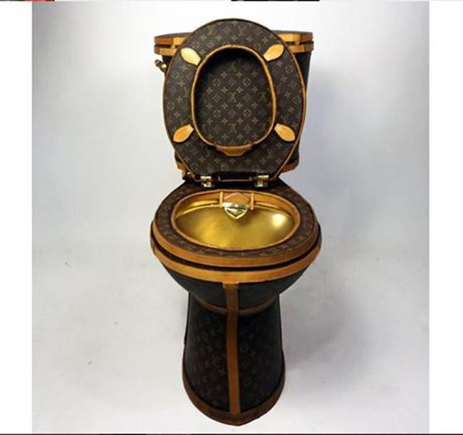 Sửng sốt trước chiếc bồn cầu mạ vàng, bọc vải hàng hiệu Louis Vuitton với giá gần 2,3 tỷ