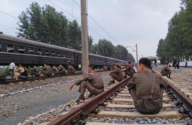 Góc nhìn lạ về cuộc sống thường ngày ở Triều Tiên bên đường ray tàu hỏa
