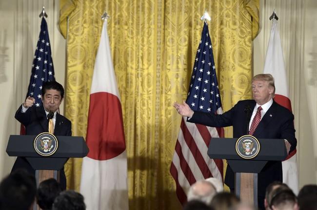 Cái bắt tay dài 18 giây giữa Tổng thống Donald Trump và Thủ tướng Shinzo Abe
