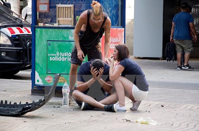 Ít nhất 13 người đã chết trong vụ xe tải lao lên vỉa hè ở Barcelona
