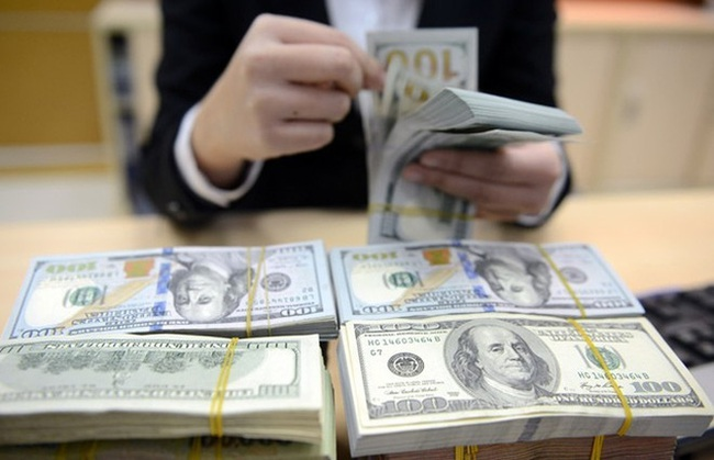 Giá USD ngân hàng lao dốc dù tỷ giá trung tâm tăng mạnh