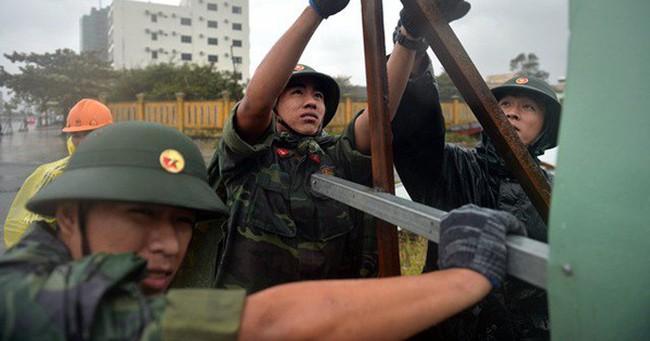 Quân, dân Đà Nẵng đội mưa dọn dẹp vệ sinh trước giờ khai mạc APEC