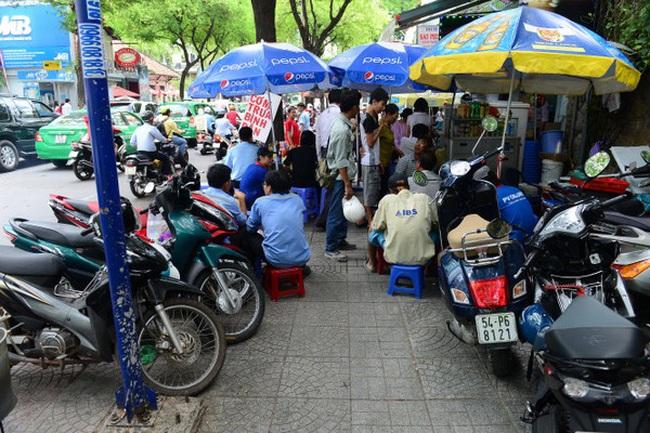 TS. Lương Hoài Nam: Vỉa hè giá trị cả tỷ đồng, nhà nước không quản, thì ai?