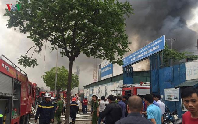 Hiện trường vụ cháy kho hàng trên đường Phạm Hùng, Hà Nội