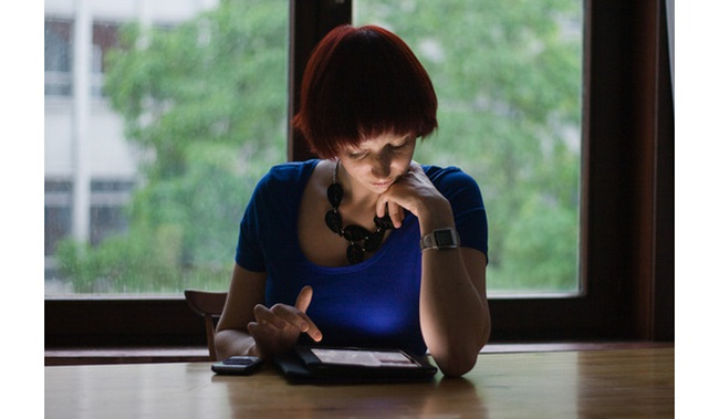 Mải mê đọc thông tin trên mạng bằng Ipad, điện thoại... bạn đang tự hủy diệt tư duy của mình mà không hề hay biết!