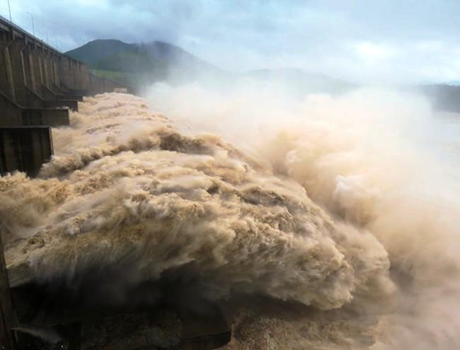 Hồ Hòa Bình mở 7 cửa xả đáy, thủy điện Sơn La dừng phát điện