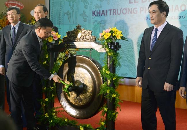 Bộ trưởng Bộ tài chính đánh cồng khai trương phiên giao dịch đầu tiên năm 2017