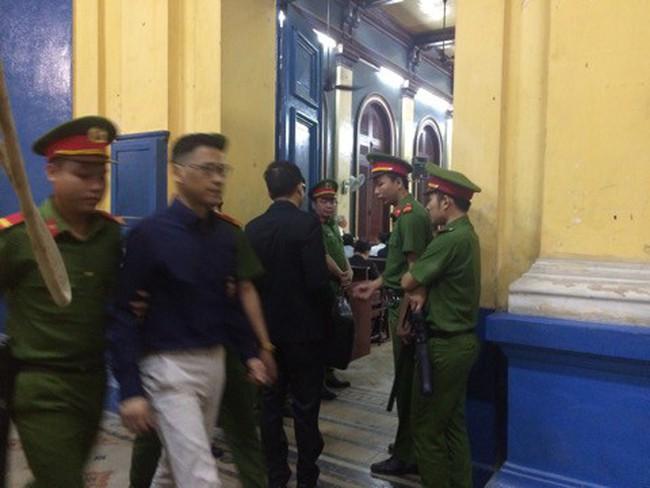 [Live] Phạm Công Danh sức khỏe yếu được đưa ra ngoài nghỉ ngơi, Trầm Bê, Phan Huy Khang bình tĩnh khai trước tòa