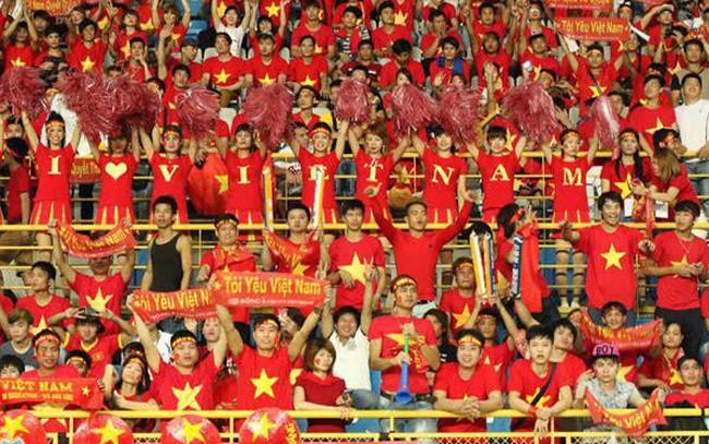 """Cờ Tổ quốc, băng rôn """"cháy hàng"""" trước trận chung kết của U23 Việt Nam"""