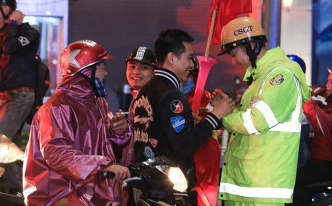 Bất chấp mưa lạnh, fan Việt vẫn xuyên đêm mừng chiến công của U23 Việt Nam