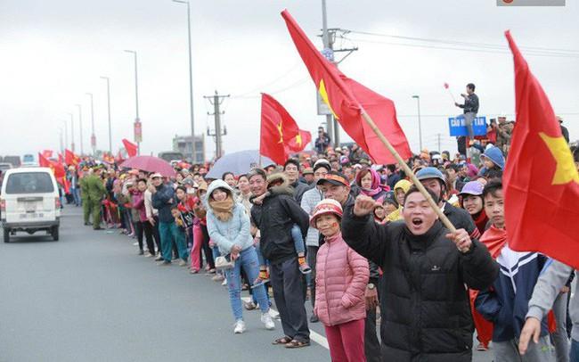 Hàng ngàn người dân đứng chật kín 2 bên đường cầu Nhật Tân chào đón các cầu thủ U23 Việt Nam