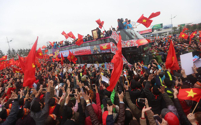 Chùm ảnh: Các cầu thủ U23 Việt Nam đang diễu hành bằng xe buýt mui trần