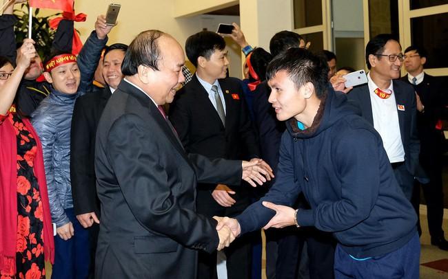 """Sau 4 tiếng chờ đợi, câu đầu tiên Thủ tướng nói với các cầu thủ U23 Việt Nam: """"Đừng buồn nữa, làm tốt lắm, tốt lắm"""""""