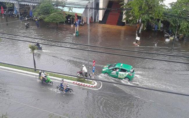 """Clip: Cơn mưa """"lạ"""" ngày U23 Việt Nam trở về khiến Tây Đô chìm trong biển nước"""