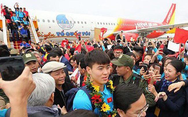 """Sẽ xử phạt nghiêm Vietjet Air sau """"sự cố"""" người mẫu hở hang trên máy bay đón U23 Việt Nam"""