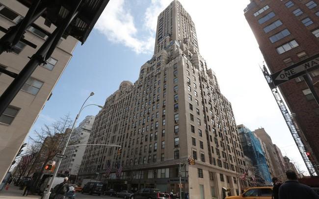 Trợ lý của CEO Goldman Sachs nhảy lầu tự tử vì bị cáo buộc ăn trộm rượu của sếp