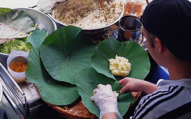 Quán xôi gói bằng lá sen mỗi sáng chỉ bán 3 tiếng là hết veo, người Sài Gòn xếp hàng nườm nượp chờ mua