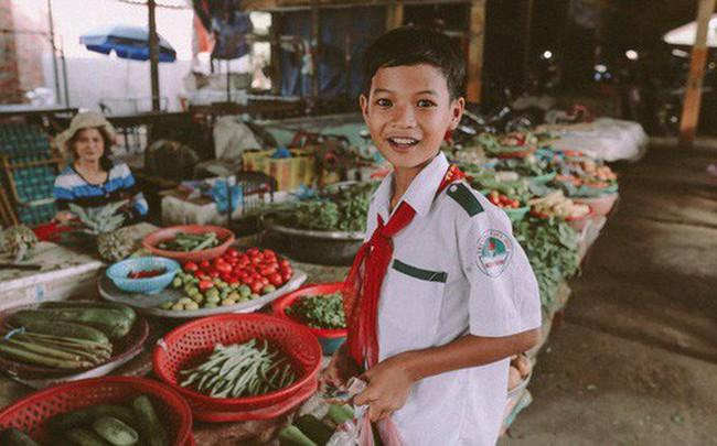 Bộ ảnh xúc động về cậu bé mồ côi ở Quảng Nam tự lập từ năm 12 tuổi, nuôi lợn để được đến trường