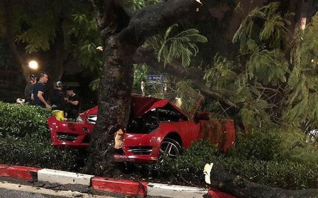 Xế sang Mercedes biến dạng, dính chặt gốc cây sau cú tông kinh hoàng