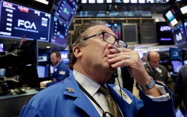 Dow Jones giảm gần 300 điểm, lại là một phiên giao dịch đầy màu đỏ với các nhà đầu tư Mỹ