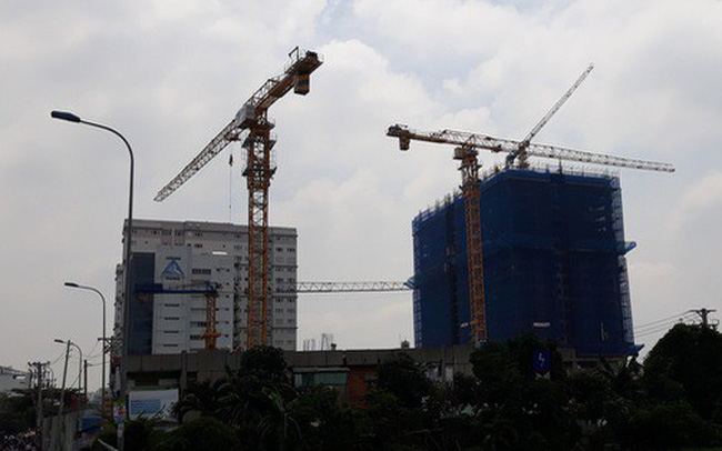 Cận cảnh những cần cẩu công trình dài hàng chục mét treo lơ lửng trên đầu người đi đường ở Sài Gòn