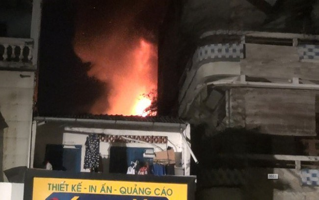 Quán bar ở TP HCM bốc cháy dữ dội lúc rạng sáng