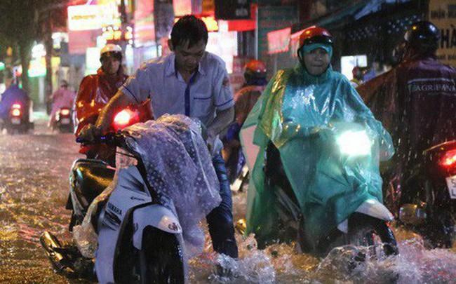 Học sinh, dân công sở khốn khổ vì nước ngập lút bánh xe trong cơn mưa kéo dài đến đêm ở Sài Gòn