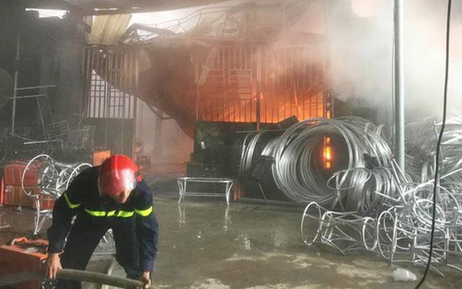 """Hàng trăm cảnh sát PCCC đang """"chiến đấu với bà hỏa"""" cứu xưởng sản xuất mây tre đan"""