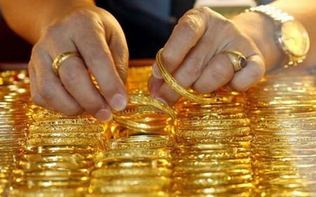 """Giá vàng """"phi SJC"""" giảm mạnh, chênh lệch giữa vàng SJC với vàng thế giới lại giãn rộng"""