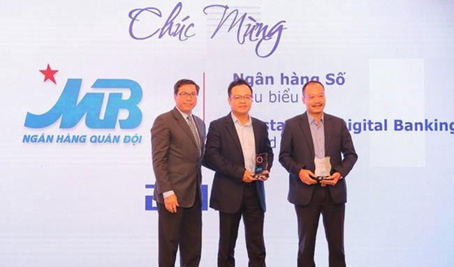 """MB liên tiếp được vinh danh 2 giải thưởng """"Ngân hàng số tiêu biểu"""" và """"Ngân hàng cộng đồng tiêu biểu"""" năm 2018"""
