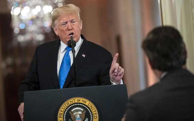 Tổng thống Trump nổi đóa với phóng viên CNN kiên quyết ôm chặt microphone trong cuộc họp báo