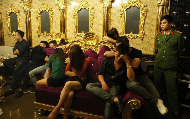 Đình chỉ Phó GĐ ngân hàng dương tính với ma túy trong quán karaoke
