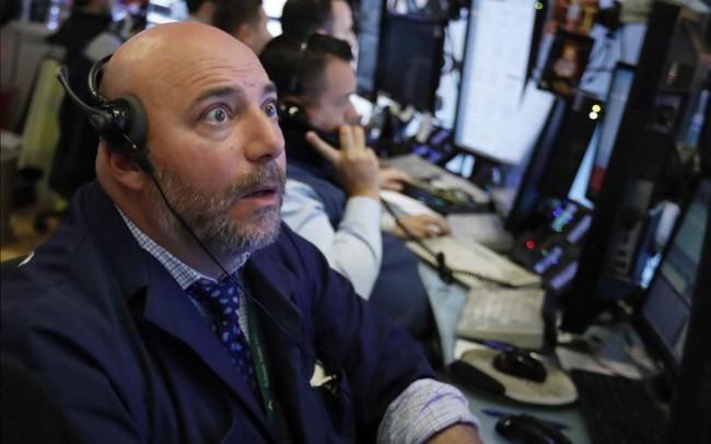 Dow Jones biến động 870 điểm trong phiên, màu xanh xuất hiện những giờ chót