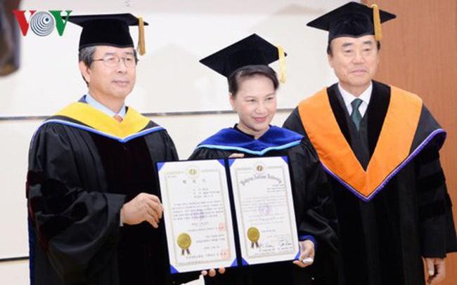 Chủ tịch Quốc hội nhận bằng tiến sĩ danh dự chính trị học của Hàn Quốc