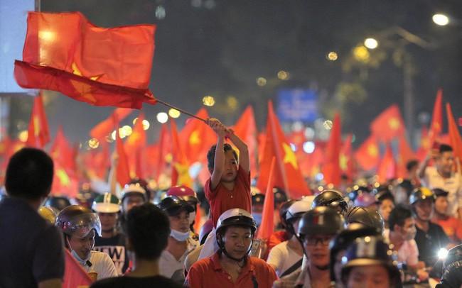 Kiếm bộn tiền nhờ bán cờ sau trận bán kết lượt về Việt Nam - Philippines - ảnh 1