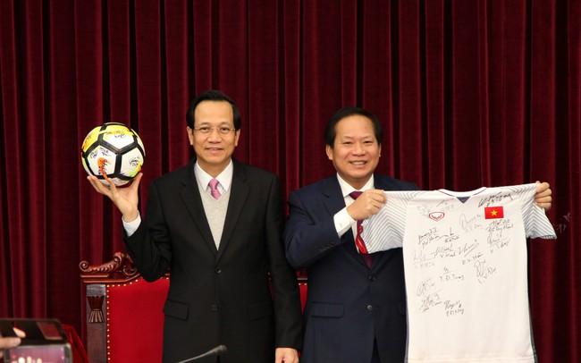 Đấu giá quả bóng và chiếc áo đấu đội tuyển U23 tặng Thủ tướng