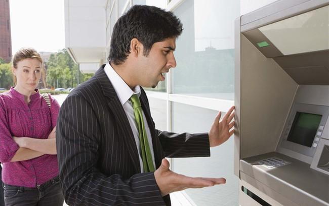 Ngày Tết rút tiền từ ATM mà bị nuốt thẻ thì làm thế nào?