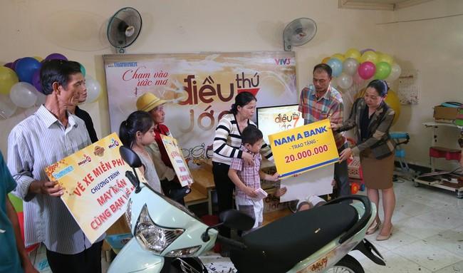 Nam A Bank viết tiếp ước mơ cho con đến trường của vợ chồng bán vé số