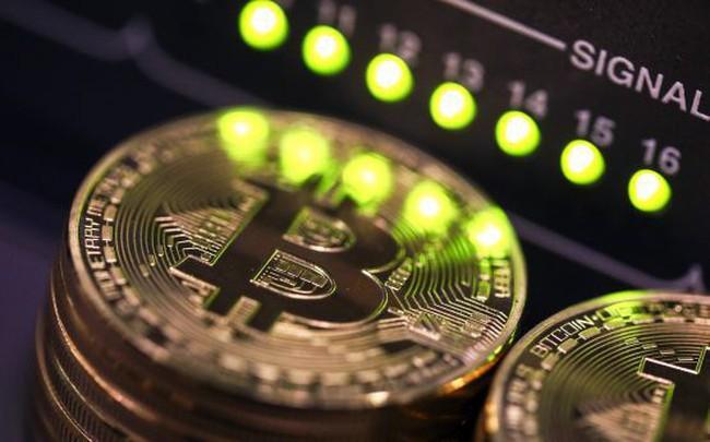 """Bitcoin bỗng nhiên trở thành """"hầm tránh bão"""" khi cổ phiếu lao dốc"""