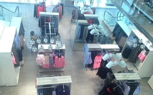 Hàng thời trang ở trung tâm thương mại Sài Gòn vắng hoe - ảnh 1