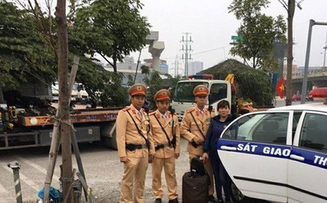 Chiều tối 30 Tết, CSGT Hà Nội đưa người phụ nữ kịp về quê đón giao thừa cùng