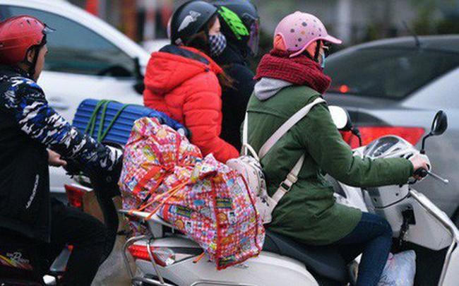 Người dân mang theo hành lí chất trên nóc ô tô, xe máy đổ về Hà Nội và Sài Gòn sau kì nghỉ Tết Nguyên đán kéo dài 1 tuần